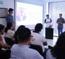 Equipo concursante expone su proyecto.