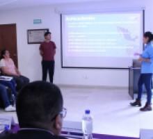 Participantes exponen su propuesta al jurado calificador.